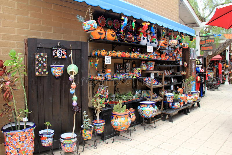 Bella immagine della parete con gli articoli luminosi e variopinti da vendere, Città Vecchia, San Diego, California, 2016 immagini stock libere da diritti