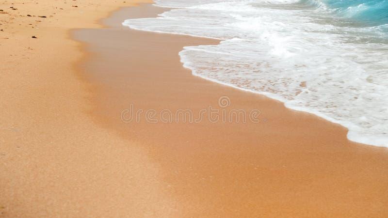 Bella immagine della spiaggia sabbiosa del mare del mare e grandi delle onde che tagliato sopra la riva fotografia stock libera da diritti