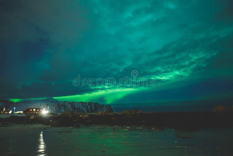 Bella immagine di Aurora Borealis vibrante verde multicolore massiccia, anche conosciuta come l'aurora boreale nel cielo notturno fotografie stock