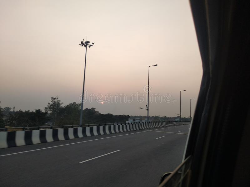 Bella immagine di cavalcavia della strada principale & di tramonto dall'interno della mia automobile fotografia stock