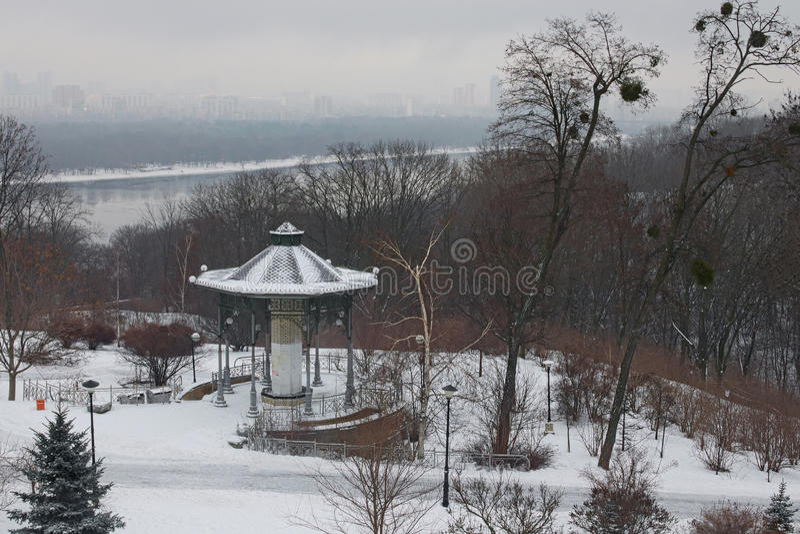 Bella immagine di inverno landscape Padiglione vuoto nel parco VÑ-chnoj Slavi Le costruzioni stanno nascondendo nella nebbia a si fotografia stock libera da diritti