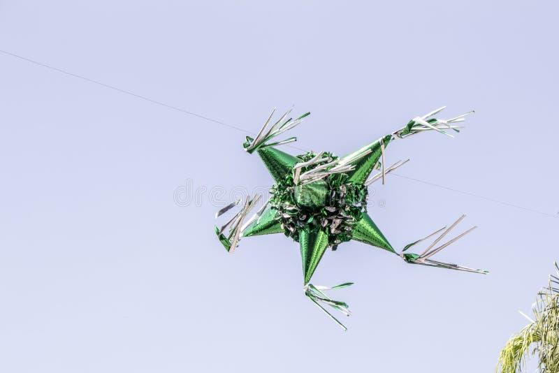 Bella immagine di un piñata metallico di Libro Verde sospeso nell'aria fotografia stock