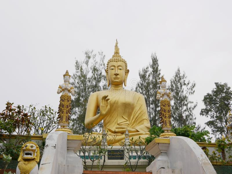 Bella immagine dorata enorme/statua di Buddha a Wat Phra That Doisaket in Chiang Mai, Tailandia fotografia stock libera da diritti