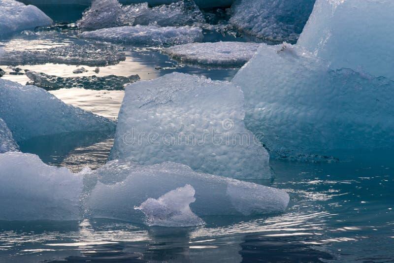 Bella immagine drammatica fredda del paesaggio di tramonto della baia islandese della laguna del ghiacciaio L'Islanda, laguna di  fotografia stock libera da diritti