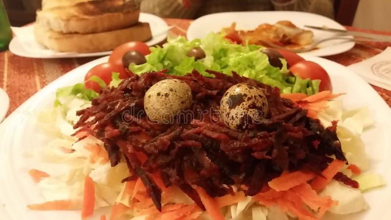 Bella insalata con le piccole uova fotografie stock libere da diritti