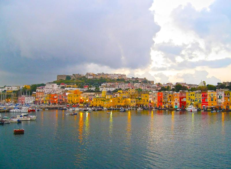 Bella isola della regione di campania di Procida vicino a Napoli L'Italia Case variopinte magiche fotografie stock