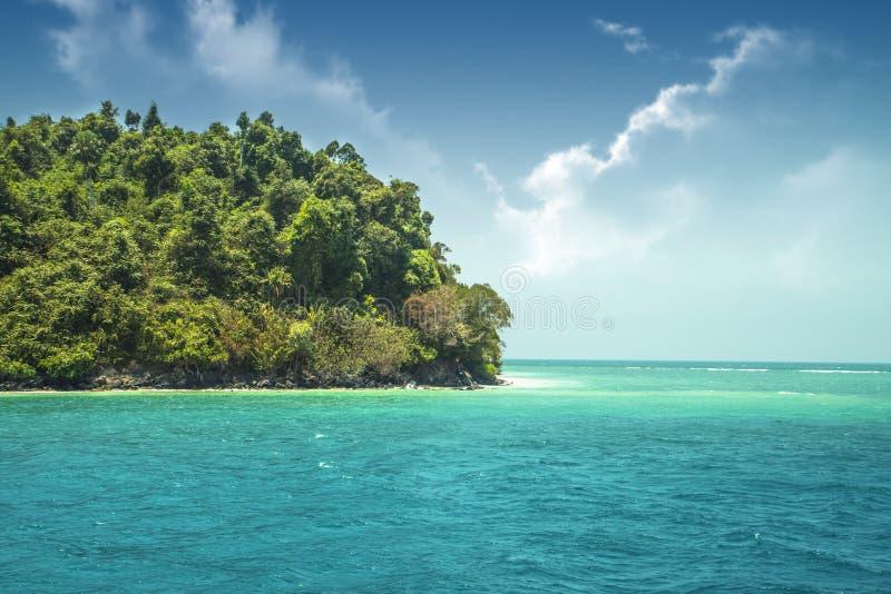 Bella isola di verde di paradiso nell'oceano tropici Vista sul mare con acqua azzurrata e un'isola con molte piante fotografia stock libera da diritti