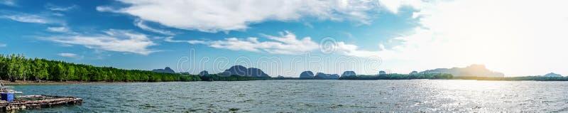Bella isola tropicale della Tailandia panoramica con la spiaggia, il mare bianco ed i cocchi con alba per il fondo di vacanza di  fotografie stock libere da diritti