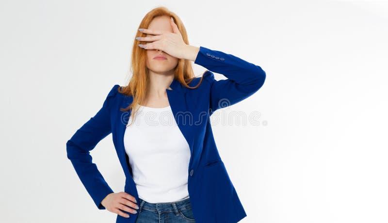 Bella la donna rossa sveglia e giovane dei capelli fa il facepalm L'emicrania della ragazza della testarossa non è riuscito a ro fotografie stock