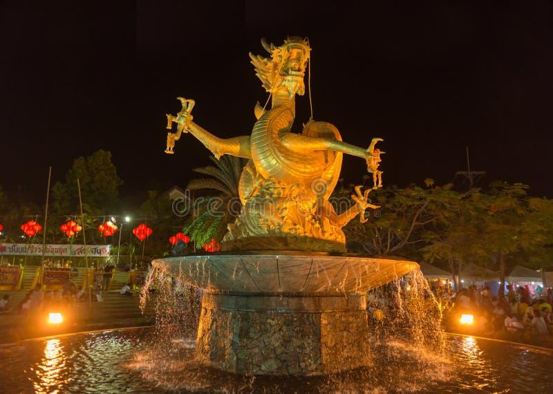 Bella, la scultura del drago colorata oro controlla una fontana, fotografia stock
