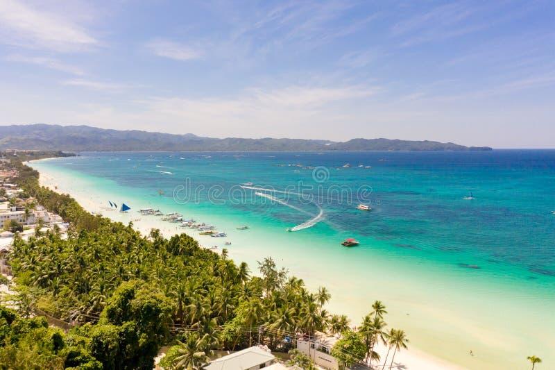 Bella laguna con le barche e la spiaggia turistica Spiaggia bianca sull'isola di Boracay, vista superiore fotografia stock