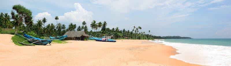 Bella laguna sabbiosa con le barche, Sri Lanka immagine stock
