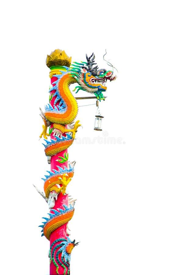 Bella lampada di via di progettazione nella scultura cinese variopinta del drago per la decorazione, isolata su fondo bianco fotografia stock
