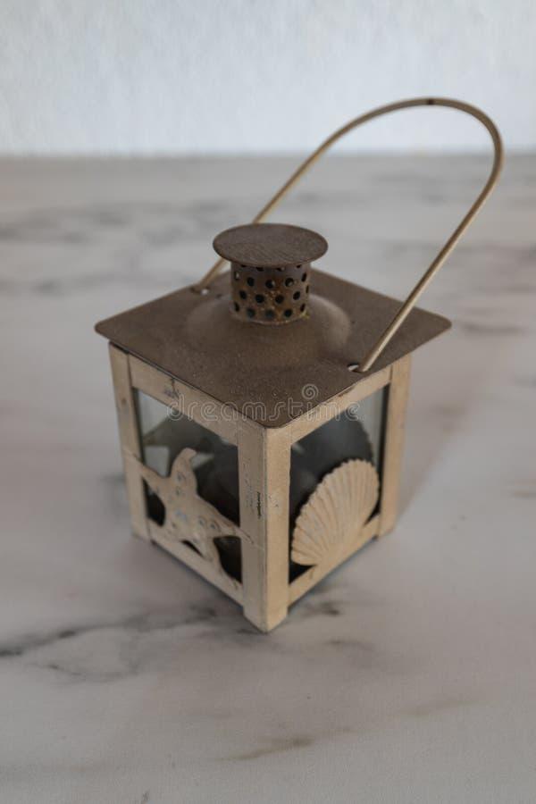 Bella lanterna d'annata bianca su un piatto di marmo fotografia stock