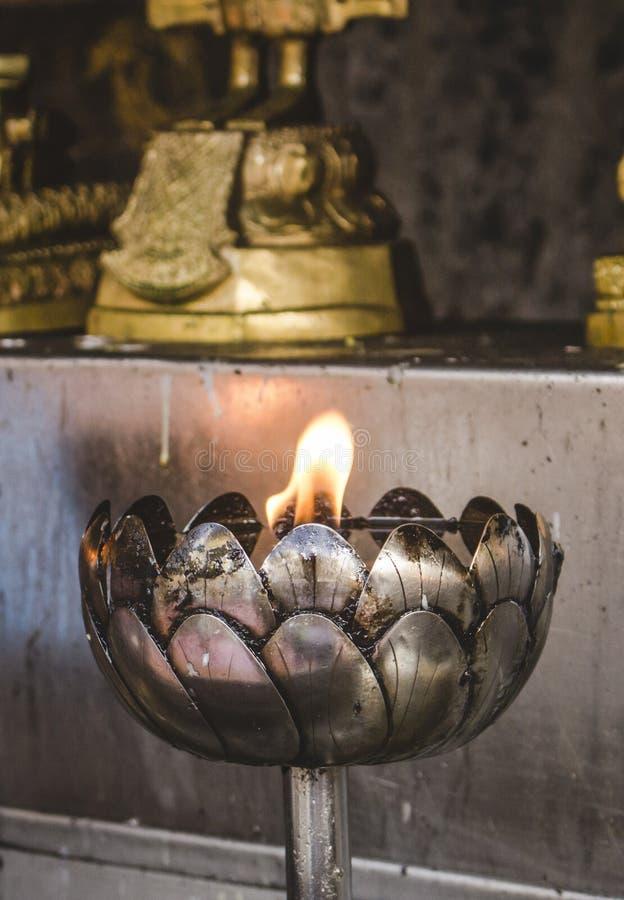 Bella lanterna tailandese dell'olio del metallo di stile che brucia in tempio buddista in Tailandia Con lo spazio della copia fotografia stock