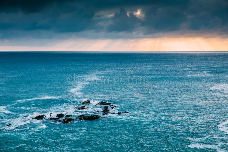Bella linea costiera della Cornovaglia in Newquay, Regno Unito fotografia stock libera da diritti