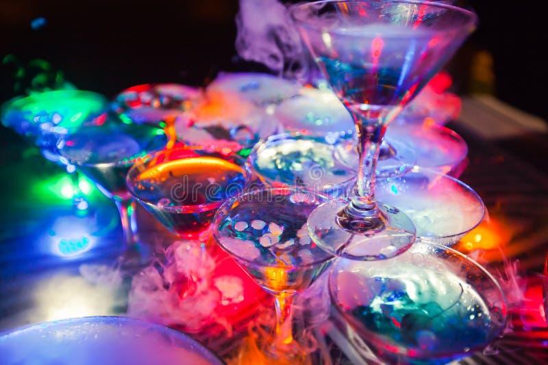 Bella linea di cocktail colorati differenti dell'alcool con fumo su una festa di Natale, su una tequila, su un martini, su una vo immagini stock libere da diritti