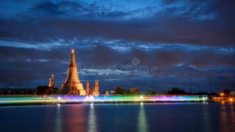 Bella luce alla notte di Wat Arun a Bangkok, Tailandia fotografia stock libera da diritti