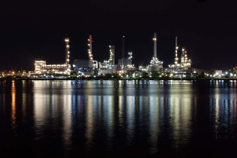 Bella luce della fabbrica della raffineria di petrolio immagine stock