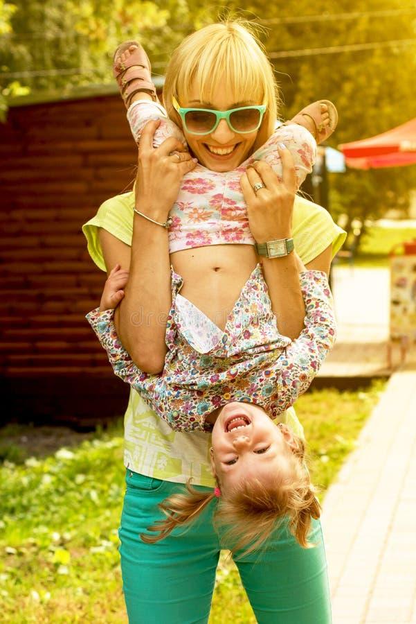 Bella madre e figlia emozionali sorridenti che giocano nella p fotografia stock libera da diritti