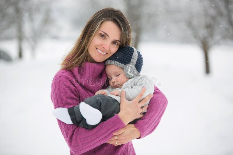 Bella madre e neonato sveglio nel onesie tricottato, avendo Tak immagine stock libera da diritti
