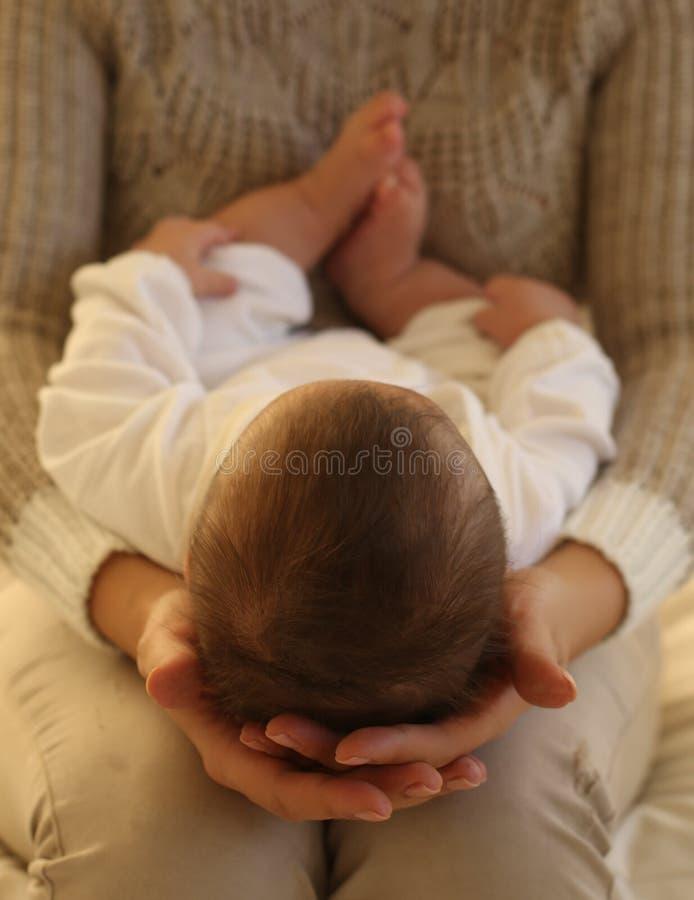 Bella madre ed il suo piccolo neonato sveglio fotografia stock