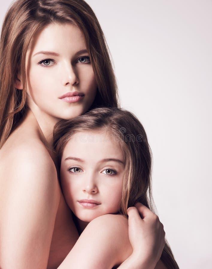 Bella madre nuda e piccola figlia 8 anni con il bro lungo fotografia stock libera da diritti