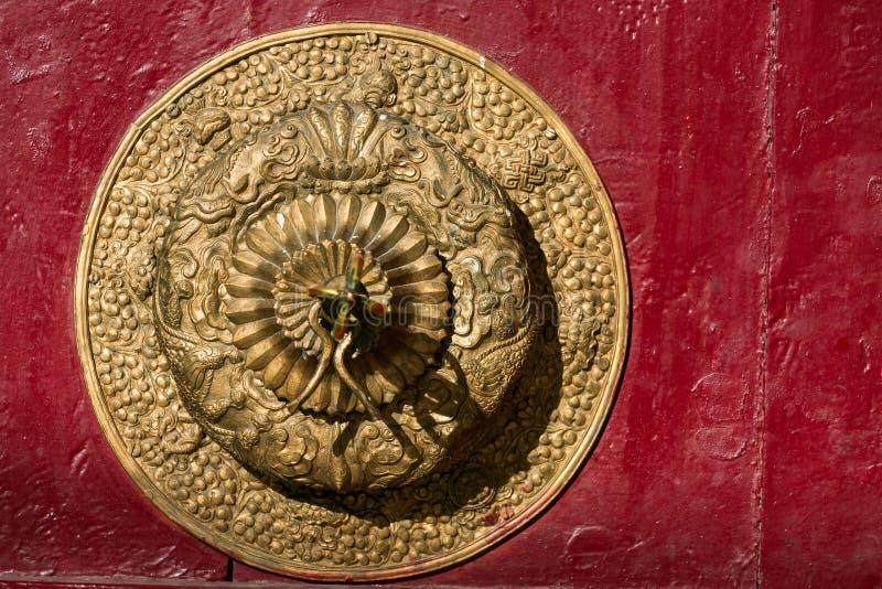 Bella maniglia di porta dorata nel monastero di Spitok, Ladakh, India fotografia stock