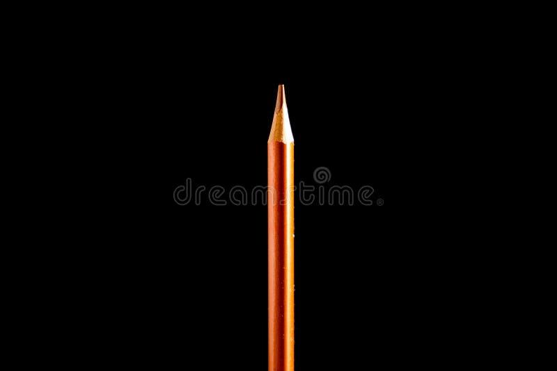 Bella matita nera e colorata su fondo nero Presto alla scuola Di nuovo al banco immagini stock libere da diritti