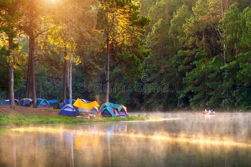 Bella mattina nel lago pang Ung, provincia di Pang Ung Mae Hong Son in Tailandia immagine stock