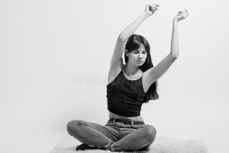 Bella meditazione spensierata rilassata della ragazza immagini stock libere da diritti