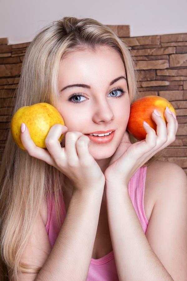 Bella mela della holding della ragazza immagine stock libera da diritti