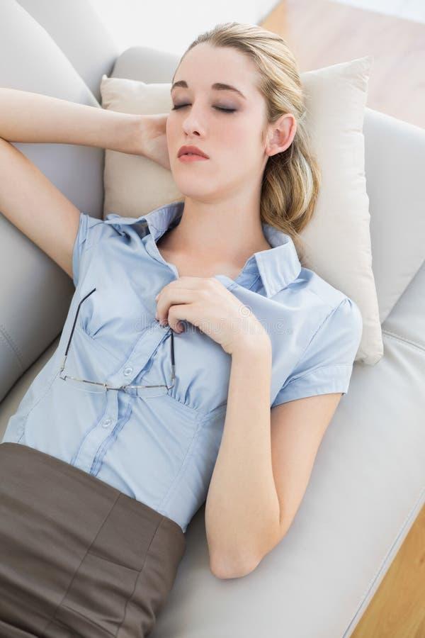 Bella menzogne calma di sonno della donna di affari sul suo strato fotografie stock libere da diritti