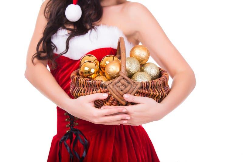 Bella merce nel carrello delle palle di Natale della tenuta della giovane donna isolata fotografia stock libera da diritti
