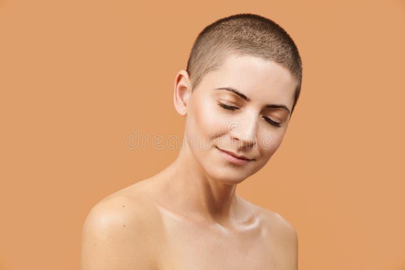 Bella metà di donna 30s con gli occhi chiusi e l'espressione facciale pacifica Foto della donna caucasica attraente con pelle per immagine stock