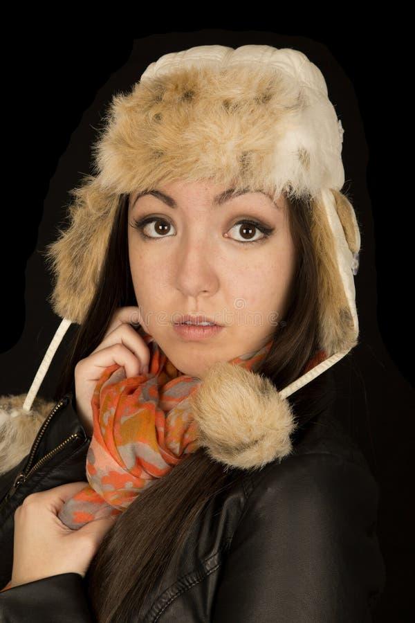 Bella mezza ragazza asiatica che porta una sciarpa e un cappello di inverno fotografie stock