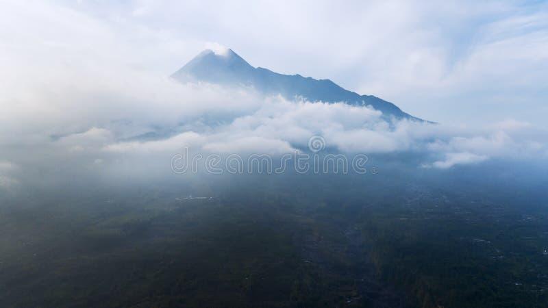 Bella montagna di Batur con foschia fotografia stock