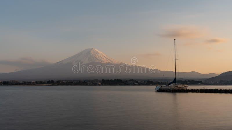 Bella montagna di Fuji con il lago Kawaguchiko, Giappone ai tempi crepuscolari, fujisan immagine stock