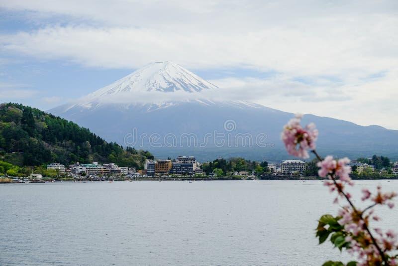 Bella montagna di Fuji, il punto di riferimento famoso del Giappone immagine stock libera da diritti