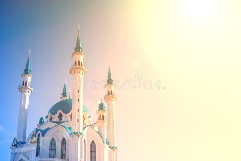 Bella moschea bianca con il tetto blu contro il cielo con le nuvole, soleggiate Alba soleggiata fotografie stock libere da diritti
