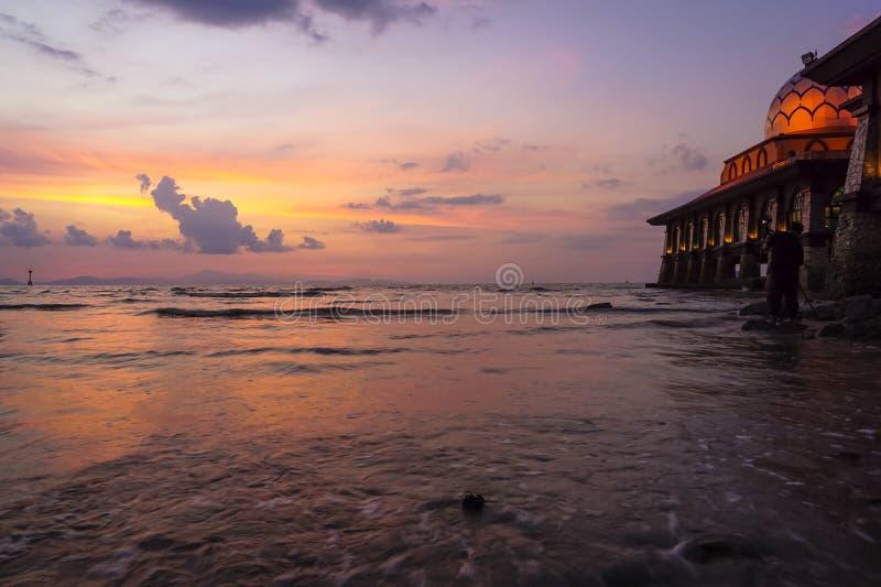 Bella moschea con paesaggio di tramonto immagini stock libere da diritti
