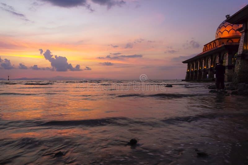 Bella moschea con paesaggio di tramonto fotografie stock