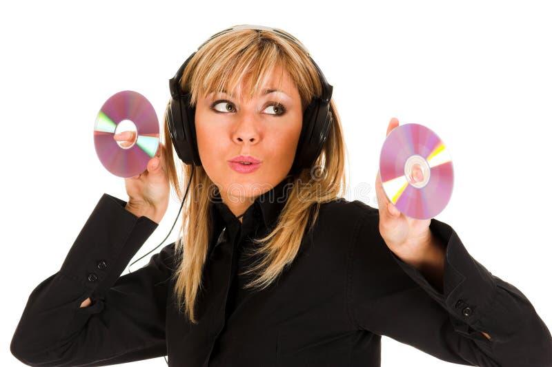 Bella musica d'ascolto della giovane donna in cuffie fotografia stock