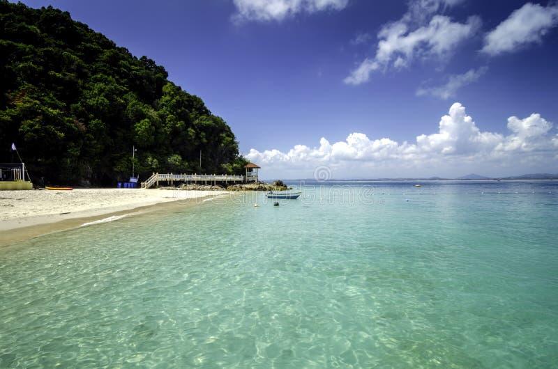 Bella natura dell'isola di Kapas, spiaggia tropicale Malesia con cielo blu ed acqua di mare cristallina fotografia stock