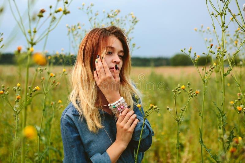 bella natura della ragazza fotografie stock libere da diritti