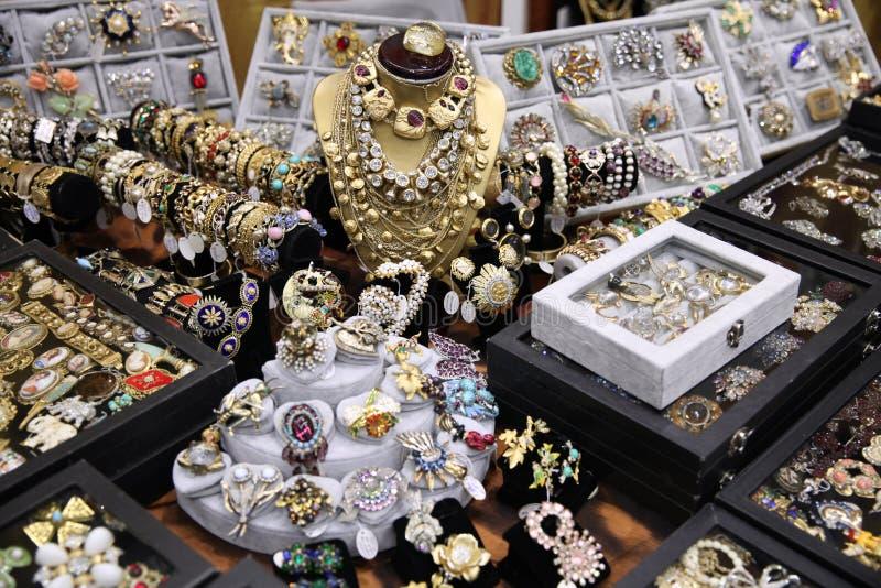 Bella natura morta dell'oro da gioielli d'annata fotografia stock
