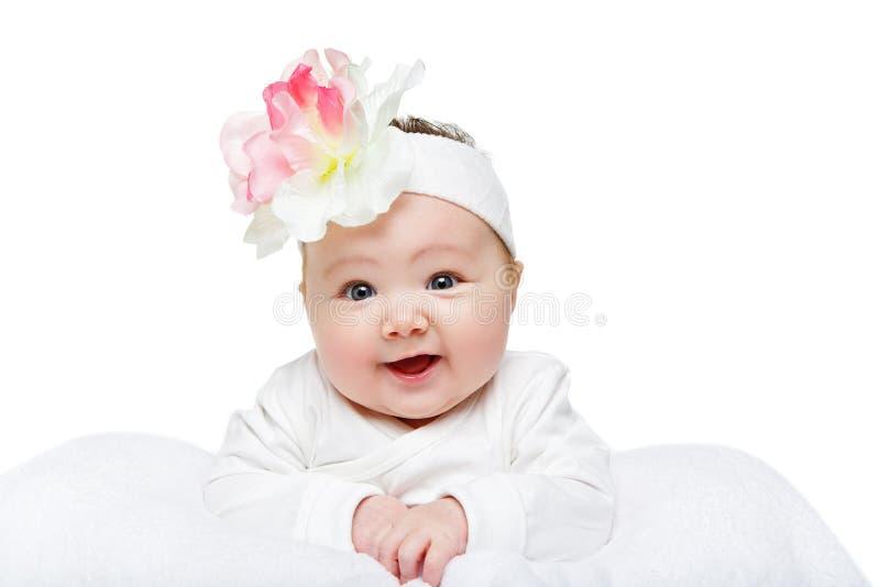 Bella neonata felice con la fascia del fiore fotografie stock libere da diritti