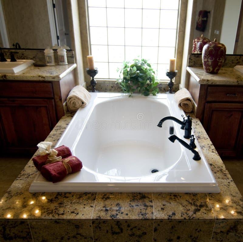Bella nuova stanza da bagno domestica fotografie stock libere da diritti