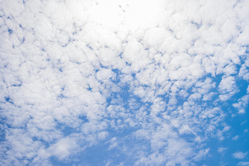 Bella nuvola bianca su cielo blu fotografie stock libere da diritti