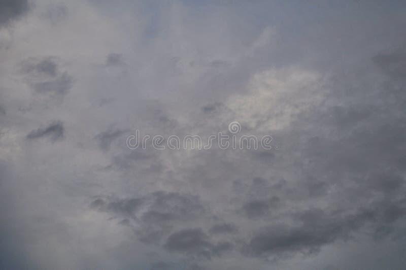 Bella nuvola della natura di estate su cielo blu per il prodotto dell'esposizione o fondo o carta da parati immagine stock